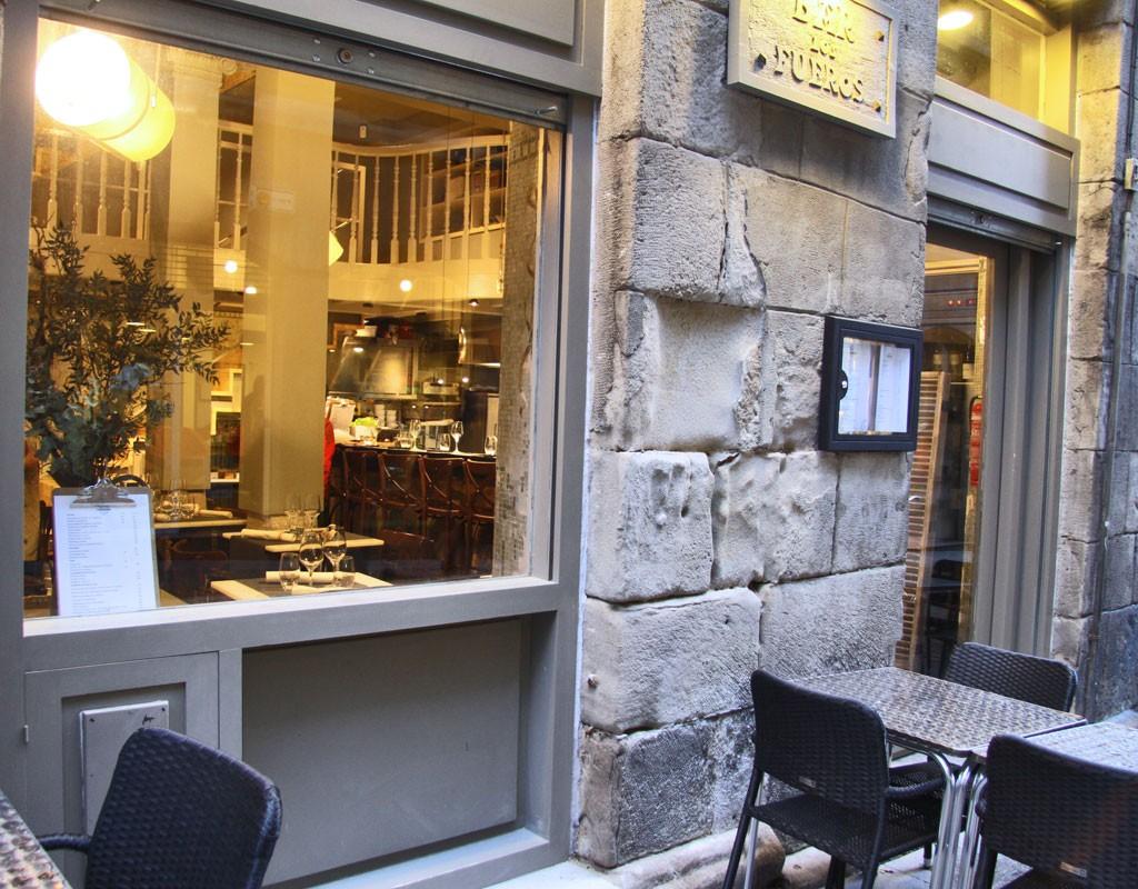 La terraza del restaurante Los Fueros en el Casco Viejo de Bilbao